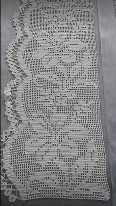 This Pin was discovered by HUZ Crochet Edging Patterns, Crochet Borders, Crochet Stitches, Crochet Placemats, Crochet Doilies, Crochet Lace, Filet Crochet, Easy Crochet, Crochet Bedspread