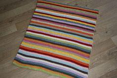 Stribet strikket tæppe
