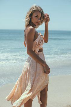 Summer wedding beach style beach photos, beach photography ve b Beach Poses, Beach Shoot, Photoshoot Beach, Beach Photography Poses, Summer Poses Beach, Beach Fashion Photography, Summer Beach Fashion, Poses On The Beach, Travel Photography