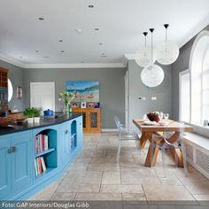 Blauer Küchenblock in geräumiger Küche