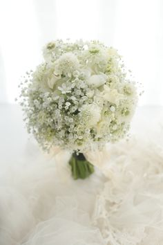 クラッチブーケ 明治記念館様へ アンティークのドレスに カスミソウと一重のバラで : 一会 ウエディングの花