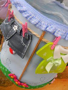 Essa idéia de reciclar,foi de minha amadinha aluna Ana, que quando viu a girlanda de varal das roupinhas de bebê,chegou a sonh...