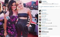 Descubra quais foram as fotos dos famosos mais curtidas no Instagram em 2014 16.   Lucy Hale e Miley Cyrus sendo migues no VMA! Foram 464 mil curtidas!