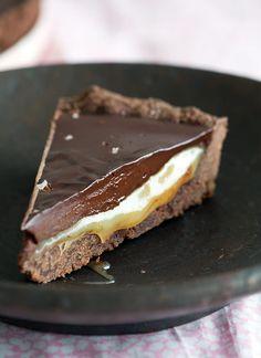 Chokoladetærte opskrift - virkelig lækker med saltkaramel Köstliche Desserts, Dessert Drinks, Delicious Desserts, Yummy Food, Danish Dessert, Danish Food, Sweet Recipes, Cake Recipes, Dessert Recipes