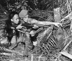 Sergeant Beaumont of the King's Own Yorkshire Light Infantry, attached to the Malay Regiment, instructs a Dyak tracker in the use of modern firearms. Special Forces Training, Malayan Emergency, French Armed Forces, Military Drawings, French Foreign Legion, Vietnam War Photos, Military Pictures, French Army, Borneo
