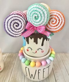 So, I love my marshmallow mugs but I haven't bought any of the cute little hats I keep seeing. Today it hit me how to make a fast version… Valentine Hats, Cute Marshmallows, Tray Styling, Coffee Bar Home, Easter Season, Fall Projects, Tray Decor, Easter Crafts, Decoration