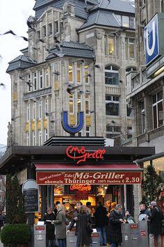Hamburg, Mö Grill, Mönckebergstrasse. Foto: Panzau Hamburg City, Hamburg Germany, Europe Bucket List, Most Beautiful Cities, Best Cities, Germany Travel, Places Around The World, Budapest, Retro Roller