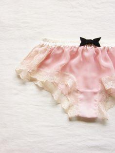 柔らかな桜色のおやすみボクサーです。デリケートなランジェリーは着るだけで華やかな気分にさせてくれます。フロントにはダークネイビーのベルベットのリボン。サイドの...|ハンドメイド、手作り、手仕事品の通販・販売・購入ならCreema。