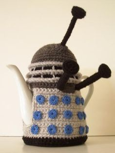 takealookatyourthing:  Omgah it is a Dalek tea cosy