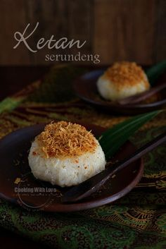 Ketan serundeng - steamed glutinous rice topped with spiced toasted shredded coconut and soy bean powder. [Recipe in Indonesian] Indonesian Desserts, Indonesian Cuisine, Asian Desserts, Indonesian Recipes, Snack Recipes, Cooking Recipes, Snacks, Malay Food, Traditional Cakes