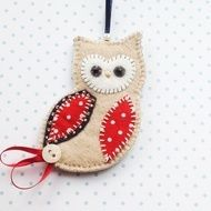 This is a lovely felt hanging Owl decoration perfect for your Christmas tree and in great festive colours! The hand stitched owl features an applique wing and belly in pretty red polka dot fabric complete with gold coloured seed beading. It is finished...