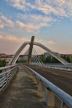 Puente del Milenio, lateral de dia
