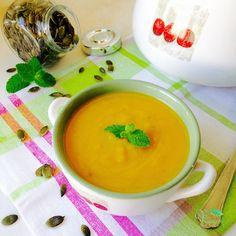 A esta sopa de abóbora, também lhe podemos chamar puré de abóbora, porque ficou muito sopa bastante cremosa. É ótima consumida fria ou morna nos dias quentes de verão, mas também é perfeita quando quentinha, para os dias frios do inverno. Adoro a textura da abóbora nas sopas e por isso também tinha de ter
