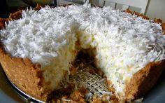 Massa:100g de bolacha maisena triturada e peneirada  100g de margarina derretida  100g de coco ralado de pacotinho  01 colher (café) de essência de coco   = = = Recheio 1 lata de leite condensado  2 latas (medida da lata de leite condensado) de leite  300 g de coco ralado fresco  02 colheres (sopa) rasa de amido de milho  01 caixinha de creme de leite