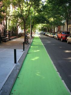 New York City's green bike lane Urban Bike, Urban Cycling, Urban Landscape, Landscape Design, Urban Ideas, New Urbanism, Public Space Design, Path Design, Urban Planning