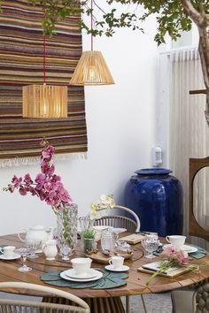 Aqui vai uma dica de decoração de mesa para quando você vai receber algum convidado especial em casa. Esse ambiente é super aconchegante, e um dos objetos que contribui pra isso é o Pendente Oka Avant, que é muito charmoso e traz um toque especial para qualquer continho.