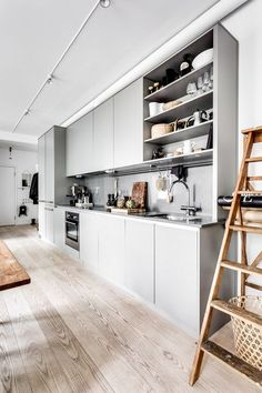 50 Elegant Modern White Kitchen Ideas For Excellent Home 35035 Light Grey Kitchens, Gray And White Kitchen, Cool Kitchens, Kitchen Grey, One Wall Kitchen, Kitchen Mats, Bright Kitchens, Kitchen Island, Kitchen Cabinets