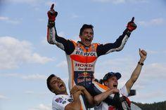 El español Marc Márquez (Repsol Honda RC 213 V) se adjudicó la victoria en el Gran Premio de Japón de MotoGP que se disputó hoy, domingo, en el circuito de Motegi, y se proclamó matemáticamente campeón del mundo de la categoría por tercera vez en su carrera deportiva.