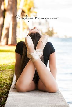 Ballerina photography idea by InesLynn Photography. Ballet photography ideas. Outdoor dance photography. Graffiti wall photography ideas.