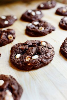 Flourless Brownie Cookies: cup softened butter or coconut oil* cup brown sugar cup white sugar 1 egg 1 teaspoon vanilla teaspoon baking soda teaspoon salt 1 cup cocoa powder cup white chocolate chips cup semi-sweet chocolate chips cup walnuts (optional) Keto Desserts, Just Desserts, Delicious Desserts, Yummy Treats, Sweet Treats, Dessert Recipes, Yummy Food, Tasty, Dessert Bread