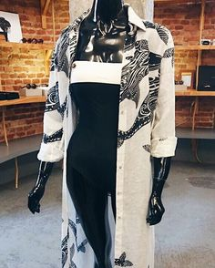 @lennyniemeyer revisitou algumas das suas peças clássicas e criou o seu Inverno 2017. Pense em florais tropicais amarelos vivos estampas com fundo vermelho e combinações black and white para maiôs biquinis e saídas de banho que são desejo absoluto para que o verão dure um pouquinho mais. (via @renatacbrosina)  via L'OFFICIEL BRASIL MAGAZINE INSTAGRAM - Fashion Campaigns  Haute Couture  Advertising  Editorial Photography  Magazine Cover Designs  Supermodels  Runway Models