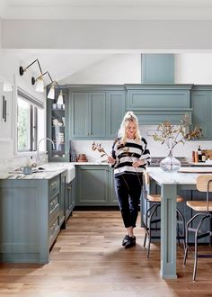Modern Kitchen Interior This Green Hue Will Be a Hot Kitchen Color Trend in 2019 Green Kitchen Cabinets, Kitchen Cabinet Colors, Painting Kitchen Cabinets, Kitchen Colors, Big Kitchen, Soapstone Kitchen, 1970s Kitchen, Kitchen Color Design, Kitchen Pantry