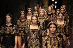 Dolce & Gabbana apresenta em 2013, uma coleção onde a inspiração remonta para o estilo barroco. Estilo caracterizado pela opulência, dourado, exuberância  luxo e a elegância.