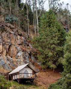 Glamping in Colombia is an incredible experience, because this country has an immense variety of landscapes and climates. Glamping, Tree House Designs, Perfect Place, South America, Places To Visit, Villa, House Styles, World, Travel