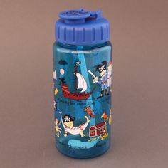 Gourde Pirates garantie sans BPA. Système d'ouverture et fermeture facile à manipuler par un enfant. 17 cm de haut et 6 cm de diamètre, contient 400 ml, le poids et la quantité idéales pour un enfant.  http://www.lilooka.com/dehors/gourdes-et-boites-enfants-sans-bpa/gourde-pirates-tyrrell-katz-sans-bpa-1.html