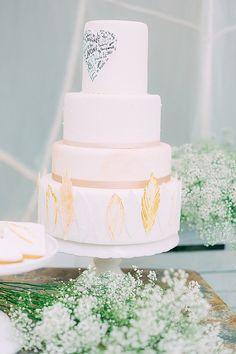 Hochzeitstorte #hochzeitstorte Goldene Kalligraphie und Boho Lässigkeit mit noni federleicht | Hochzeitsblog - The Little Wedding Corner