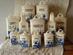 Ein originales Set von Vorratsdosen aus den 40er/50er Jahren. Die Keramik ist von Annaburg, das Motiv heißt Delft - ein wunderschönes Set mit fünf großen Vorratsbehältern, fünf kleinen Gewürzdosen...