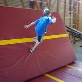 Freerun onderdeel: Lopen via een schuine dikke mat tegen het wandrek.