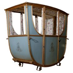 Century French Sedan Chair of the Duchess D'Orleans Sidecar, Antique Chairs, Antique Furniture, Versailles, Modern Decorative Objects, Ways To Travel, 17th Century, Old World, Travel Style