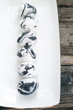 DIY: Black   White Marbled Eggs | http://hellonatural.co/black-and-white-marbled-eggs/