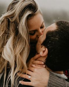 29 Winter Engagement Photos In Different Styles - Amaze Paperie Winter Engagement Photos, Engagement Photo Poses, Engagement Photo Inspiration, Engagement Couple, Fall Engagement, Engagement Shoots, Engagement Ring Photography, Engagement Ring Pictures, Country Engagement Photos