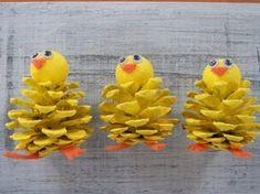 Küken guckt Pine Cone Ostern Handwerk Ornament von 37HawthornHill