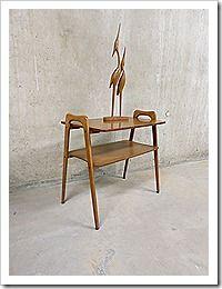 Stijlvolle vintage design walnoten houten bijzettafel, side table. Periode: jaren 50. Ontwerper: onbekend. De poten zijn prachtig vormgegeven. Materiaal: noten hout. De afmetingen zijn: B0.60 x D0.38 x H0.57 cm. Prijs: 229,-