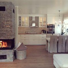 Wohnküche, Landhaus-Stil, weiß mit brauner Arbeitsplatte, Kamin mit Steinwand ähnliche Projekte und Ideen wie im Bild vorgestellt findest du auch in unserem Magaz