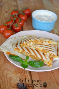 Quesadilla with chicken and cheese, or delicious tortilla with chicken in the form of t . - Quesadilla with chicken and cheese, or delicious tortilla with chicken in the form of triangles bak - Yummy Quesadillas, Appetisers, Cooking Time, Appetizer Recipes, Catering, Food Porn, Food And Drink, Tasty, Lunch