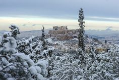 It rarely snows in Athens, Greece, but when it does, it's beautiful : pics Acropolis Greece, Attica Greece, Athens Greece, Places In Greece, Winter Is Coming, Ancient Greek, Nature Photos, Waves, Snow