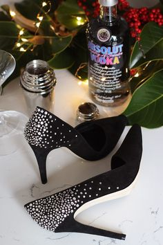 """DIY Crystal Confetti Party Shoes As much as I love getting gussied up for the slew of parties around the holidays, I like """"dressing up"""" with accessories even more. For example, putting on a pair of statement shoes makes wearing denim at… Bling Shoes, Glitter Shoes, Shoes Heels, Shoe Makeover, Shoe Refashion, Costura Diy, Embellished Shoes, Beaded Shoes, Diy Accessoires"""