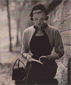 Vintage photo of woman reading - Photo: Diane Arbus, 1950 People Reading, Book People, Woman Reading, Moda Vintage, Vintage Love, Vintage Photos, Vintage Style, 1950s Style, Vintage Paris
