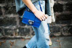 Voyage, voyage Paris Fashion Week/ Día 2 Un look en busca de 50 sombras de azul y en el que el tono del bolso de Jimmy Choo se alza protagonista absoluto. Fuente: vogue.es
