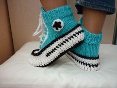 Hey, j'ai trouvé ce super article sur Etsy, chez https://www.etsy.com/ca-fr/listing/254133147/crochet-pattern-converse-chaussons
