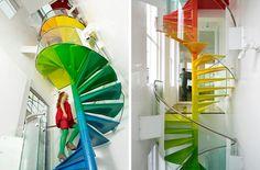Escalier d'intérieur en spirale multicouleur