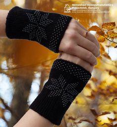 Amikor a természet színpompás hátteret biztosít, megengedhetsz magadnak egy elegáns feketét. ;-) Fonal: 100 % merinó, gyöngy: 8/0 hematit cseh kása. #érmelegítő #lélekmelegítő #wristler Fingerless Gloves, Arm Warmers, Fashion, Fingerless Mitts, Moda, Fashion Styles, Fingerless Mittens, Fashion Illustrations