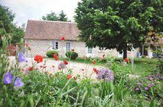 Chambres et table d'hôtes à Cheverny, 41700 CHEVERNY (Loir-et-cher) Au coeur des Châteaux de la Loire Chambres d'Hôtes : 12 personnes Venez vous ressourcer à La Closerie de l'Aventure, ferme du 17ème siècle au coeur d'une propriété de 6 hectares, entièrement rénovée pour votre confort. Calme et sérénité pour visiter en vélo ou en voiture les Châteaux de la Loire. Un parc avec des animaux pour les balades et une piscine chauffée en saison pour vous reposer...