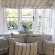 Happy weekend allll Were off out for dinner tonight to celebrate Mikes birthday Whats everyone else got planned? Cottage Shabby Chic, Country Cottage Interiors, Country Interior, Cottage Blinds, House Blinds, Cottage Living Rooms, Home Living Room, Style At Home, Window Sill Decor