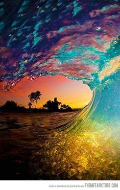 Dans ce tableau on voit un coucher de soleil. La technique utiliser est la photographie. Dans ce tableau il y a beaucoup de couleurs . Pour les motifs il y a des reflets dans l'eau. Dans l'espace on veux voir la plage qui est au loin. Quand je regarde cette œuvre je suis heureuse car j'ai l'impression que ses moi qui est là-bas.