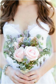Pastel bouquet | Image by Raquel Leal | Read more http://www.frenchweddingstyle.com/vintage-chic-french-wedding-inspiration/